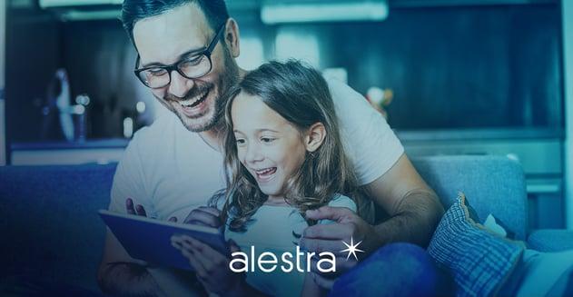 Padre educa a su hija sobre la tecnología usando una tableta