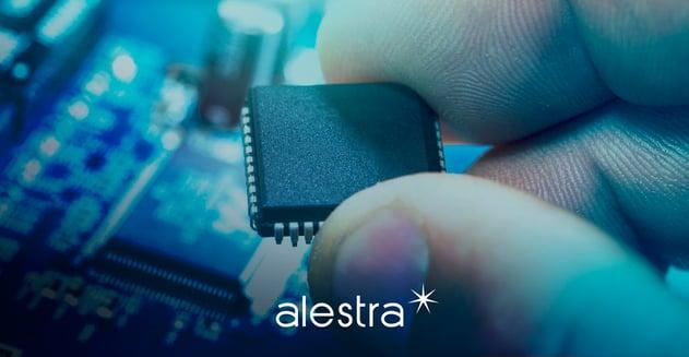 Mano mostrando un microchip, ejemplo crucial de la tecnología exponencial