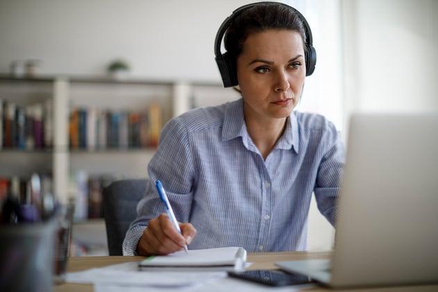 Empleada trabaja desde casa en home office usando soluciones tecnológicas innovadoras