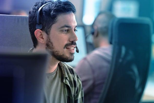 Un centro de contacto usando los headsets wireless de Jabra