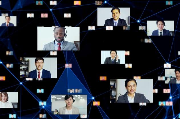 Personas en un evento masivo en línea, comunicándose entre sí y con personal de la marca que creó el evento.
