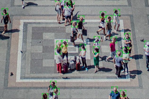 Una cámara de calle detecta las caras y temperaturas de las personas que transitan por una plaza
