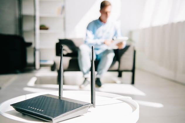 Trabajador en home office accede al internet desde su router