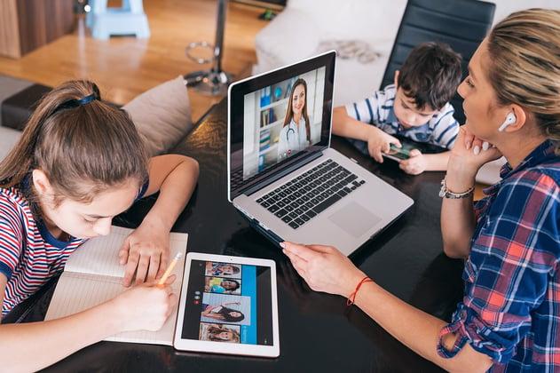 Madre y dos hijos interactúan con la tecnología juntos