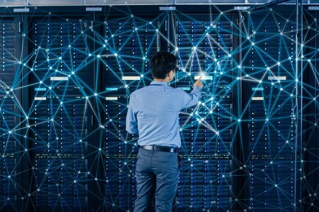 Experto Alestra evalúa los servidores de una empresa vulnerada y aplica las soluciones