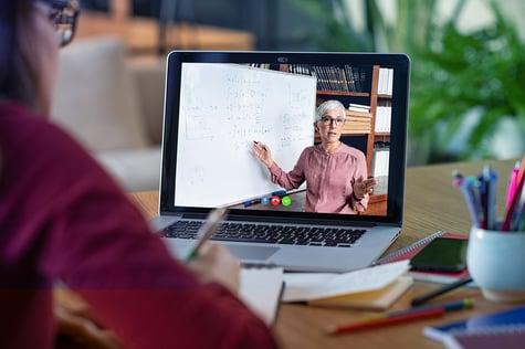Profesora y estudiante en clases en línea