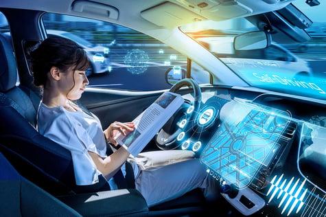 persona manejando auto autónomo