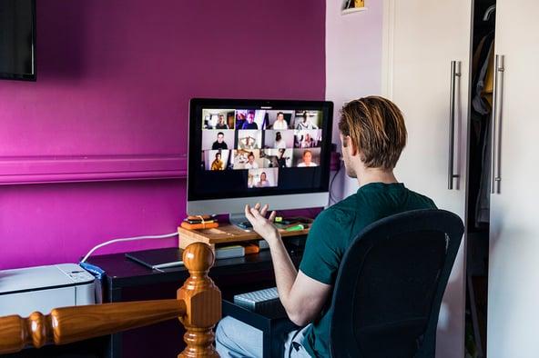Empleado en home office conectado a red empresarial a través de protocolo de confianza cero