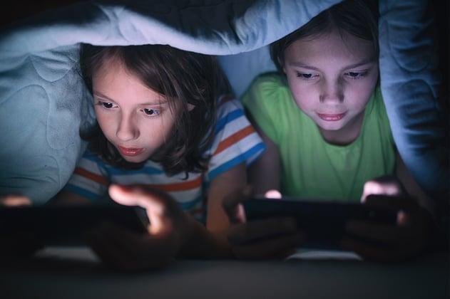 Niñas jugando video juegos en línea