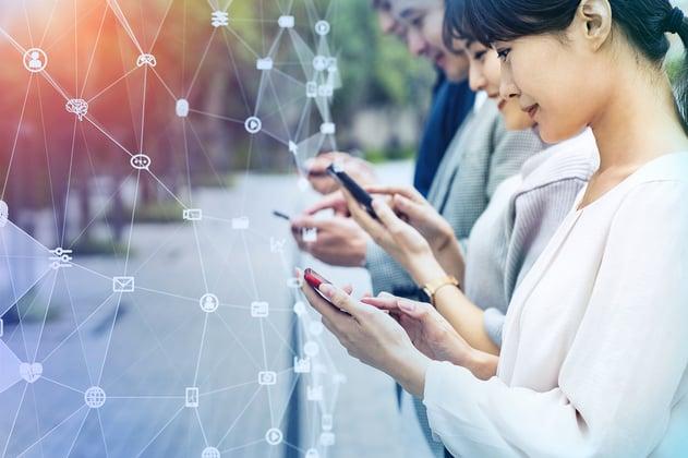 Chinos utilizando sus dispositivos móviles de marcas nacionales como Huawei.