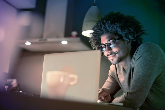 Freelancer trabajando desde casa en su computadora usando sistemas de seguridad Alestra