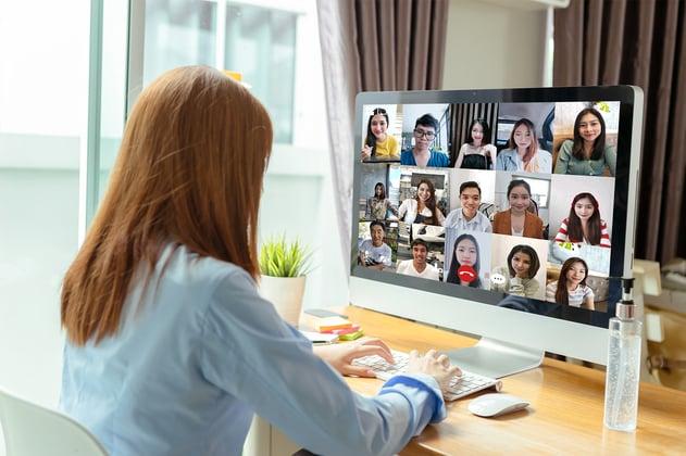Adolescente atiende clases en línea a través de un salón virtual.