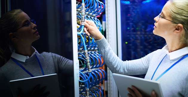 Mujer revisando velocidad de conexión a internet