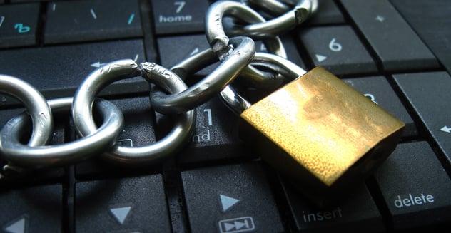 candado y cadena sobre teclado
