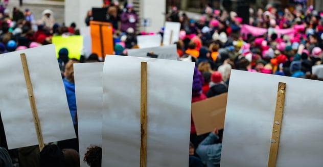 grupo de personas en manifestación