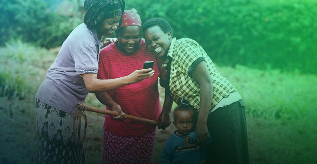 personas de pais en desarrollo usando un smartphone