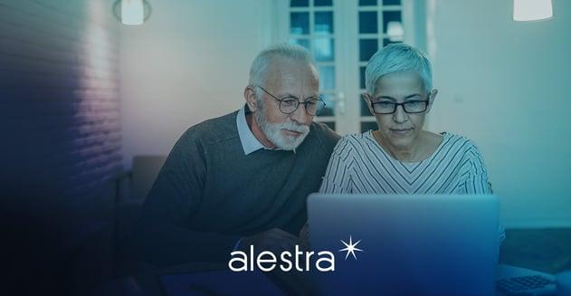 Adultos mayores utilizando tecnología