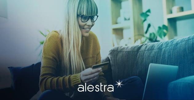 Mujer compra en línea con su tarjeta de crédito