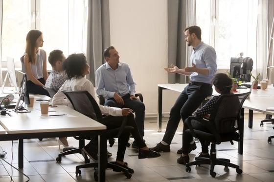 La importancia del liderazgo digital equipo trabajando unido