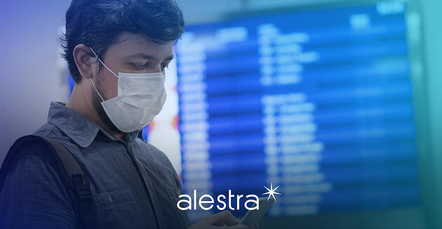 Hombre en aeropuerto accesando a WiFi público con soluciones de ciberseguridad