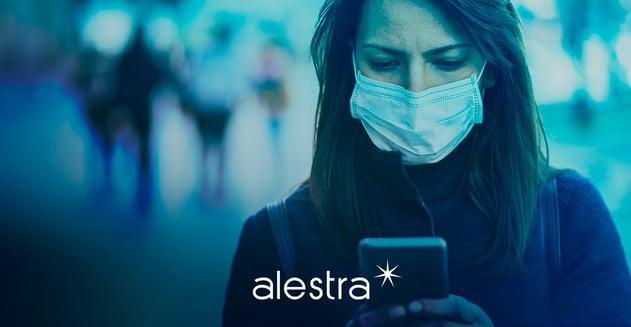 Mujer navega la ciudad con una aplicación novedosa para prevenir contagios