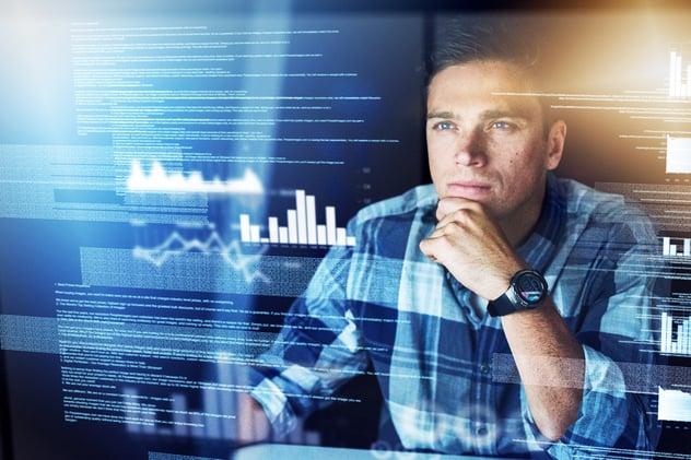 Experto en ciberseguridad analizado datos.